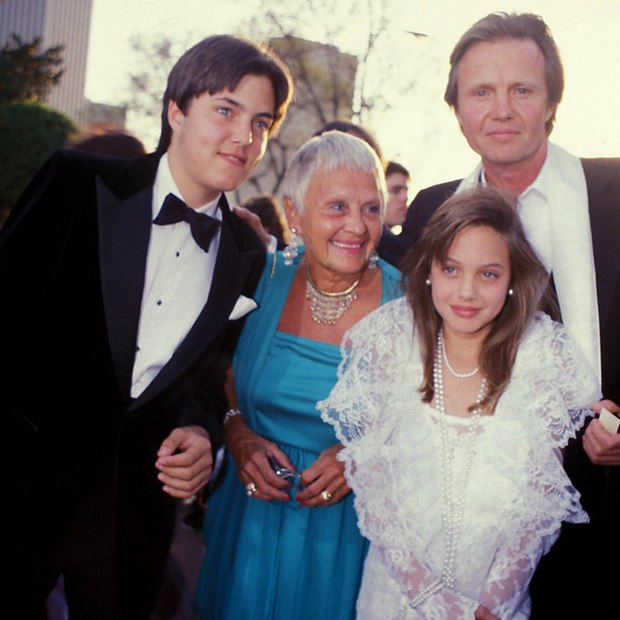 11 tuổi đã biết giật spotlight thì hèn gì khi lớn lên, Angelina Jolie chẳng hóa bà hoàng trên thảm đỏ - Ảnh 3.