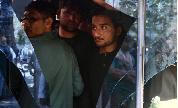 Ngân hàng ở Kabul mở lại, dân chờ rút tiền đông không kém người ra sân bay sơ tán - Ảnh 1.