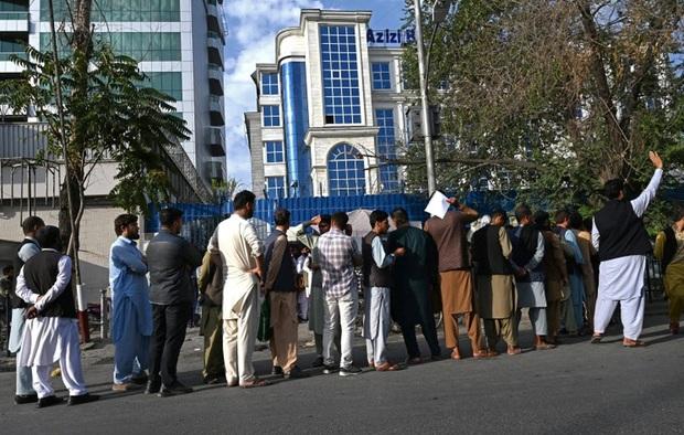 Ngân hàng ở Kabul mở lại, dân chờ rút tiền đông không kém người ra sân bay sơ tán - Ảnh 2.