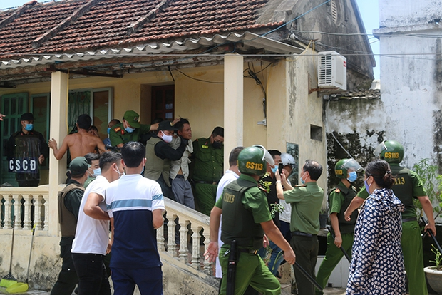 Nam Định: Cảnh sát giải cứu cô gái bị bố đẻ bắt làm con tin trong nhà nhiều giờ liền - Ảnh 1.
