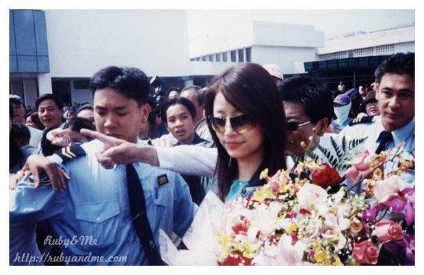 Bắt gặp 1 người đàn ông rất thân thiết với Mỹ Tâm xuất hiện bên cạnh Lâm Tâm Như - Triệu Vy trong chuyến lưu diễn năm 2001 - Ảnh 3.