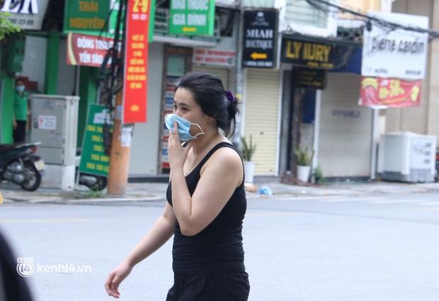 Hà Nội: Cô gái không đeo khẩu trang vô tư tiến thẳng về phía Tổ công tác, bị lập biên bản ngay lập tức - Ảnh 3.