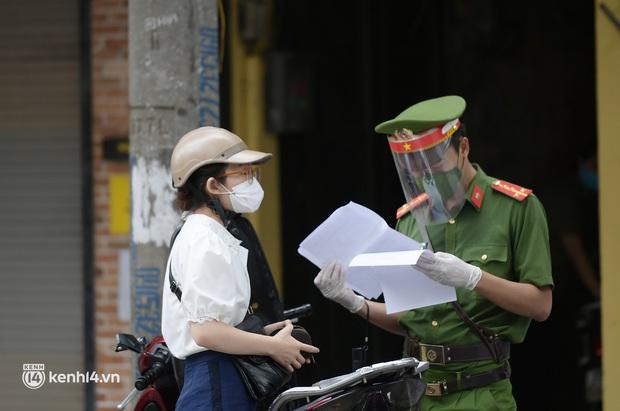 Hà Nội: Cô gái không đeo khẩu trang vô tư tiến thẳng về phía Tổ công tác, bị lập biên bản ngay lập tức - Ảnh 7.