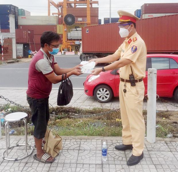 CSGT TP.HCM nhường suất ăn sáng cho người cha đi bộ từ Bình Định vào Bình Dương thăm con bệnh nặng - Ảnh 1.