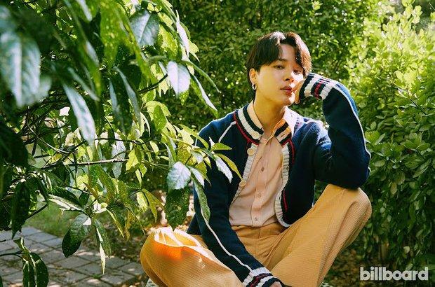 BTS dát hàng hiệu đại náo tạp chí Billboard: V - Jin khoe visual đẳng cấp thế giới, Jungkook nằm tạo dáng đủ quyến rũ mê người - Ảnh 12.