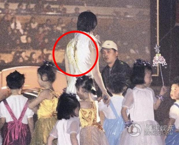 Triệu Vy và sự cố kinh hoàng: Bị kẻ lạ mặt túm tóc xô ngã, tạt thẳng chất thải vào người ngay trên sân khấu - Ảnh 2.
