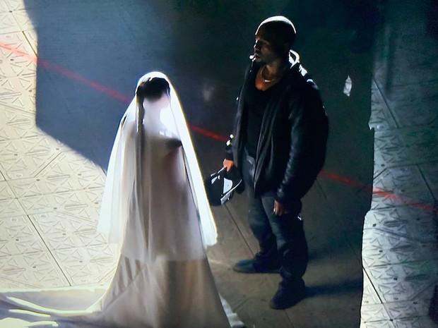 Chuyện như đùa: Rộ ảnh Kanye West và Kim Kardashian làm đám cưới lần 2 chỉ sau 6 tháng ly hôn, chuyện gì đây? - Ảnh 2.