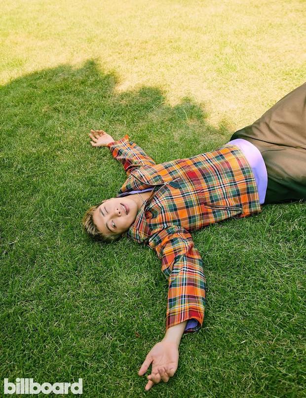BTS dát hàng hiệu đại náo tạp chí Billboard: V - Jin khoe visual đẳng cấp thế giới, Jungkook nằm tạo dáng đủ quyến rũ mê người - Ảnh 18.