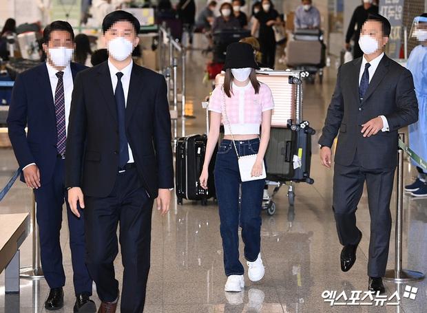 Đầu quân cho HYBE, nữ thần Nhật Bản Sakura đổi đời: Được đội vệ sĩ hùng hậu của BTS bảo vệ như sao hạng A ở sân bay - Ảnh 8.