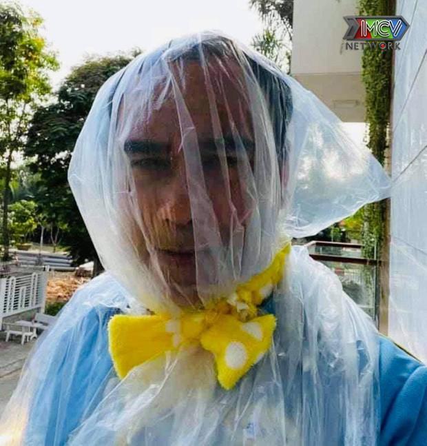 Quyền Linh khiến netizen xót xa khi bịt túi ni lông lên đầu để đảm bảo an toàn chống dịch - Ảnh 1.