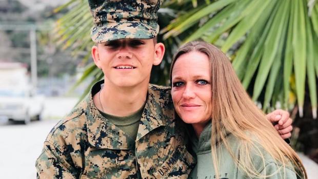 Vụ nổ rung chuyển sân bay Afghanistan: Cha mẹ lính Mỹ đau đớn, thất vọng hay tin con qua đời, 20 năm hóa thành tro bụi - Ảnh 1.