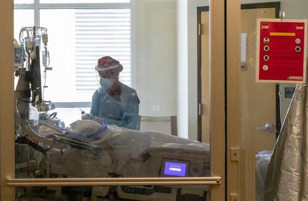 Các bệnh viện Mỹ xoay sở đủ cách khi khu chăm sóc tích cực quá tải vì COVID-19 - Ảnh 1.