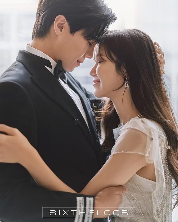 """Ngây ngất ảnh cưới của cặp đôi hot nhất Penthouse: """"Bà cả"""" Lee Ji Ah đẹp nao lòng, tình tứ đến lịm tim với """"Logan Lee"""" - Ảnh 5."""