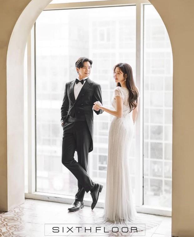 """Ngây ngất ảnh cưới của cặp đôi hot nhất Penthouse: """"Bà cả"""" Lee Ji Ah đẹp nao lòng, tình tứ đến lịm tim với """"Logan Lee"""" - Ảnh 7."""