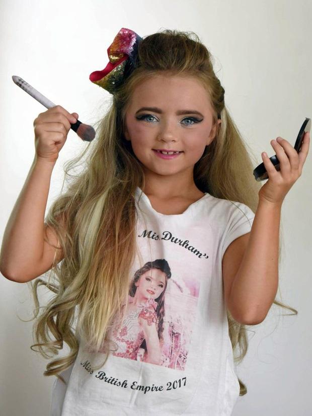 """""""Hoa hậu nhí nước Anh"""" từng bị mẹ bắt nhuộm da, trang điểm mỗi ngày để nổi tiếng, 7 tuổi nhưng rành đồ make-up hơn đồ chơi giờ ra sao? - Ảnh 3."""