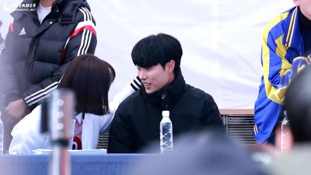 Loạt cảnh không lên sóng của Duk Sun - Jung Hwan (Reply 1988) bị đào lại, tình tứ thế này yêu nhau là đúng rồi - Ảnh 4.