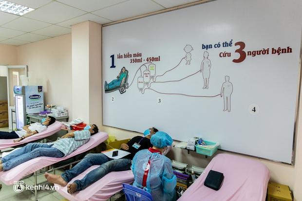 Người Sài Gòn rủ nhau đi hiến máu trước tình trạng kho máu ở BV Chợ Rẫy cạn kiệt - Ảnh 2.