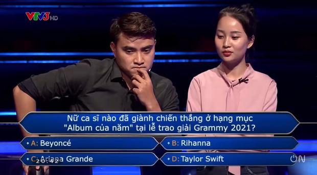 Ai Là Triệu Phú hỏi ai giành giải Album của năm tại Grammy 2021, nam thần đấu kiếm chọn Taylor Swift hay Ariana Grande? - Ảnh 3.