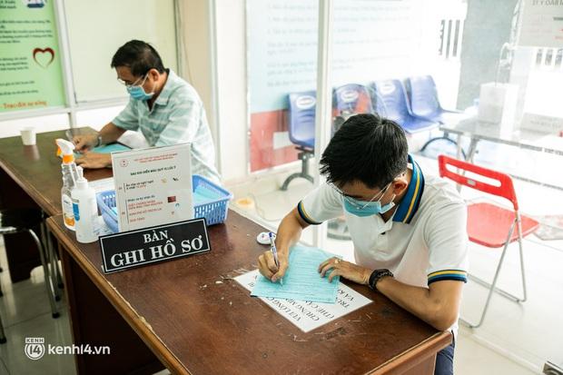Người Sài Gòn rủ nhau đi hiến máu trước tình trạng kho máu ở BV Chợ Rẫy cạn kiệt - Ảnh 4.