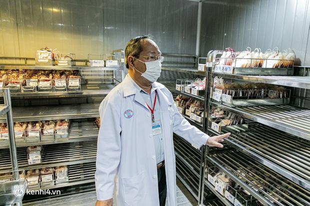 Bên trong kho máu đang cạn kiệt của Trung tâm Truyền máu BV Chợ Rẫy: Chúng ta có thể chờ dịch bệnh qua đi nhưng người bệnh không thể chờ máu! - Ảnh 3.