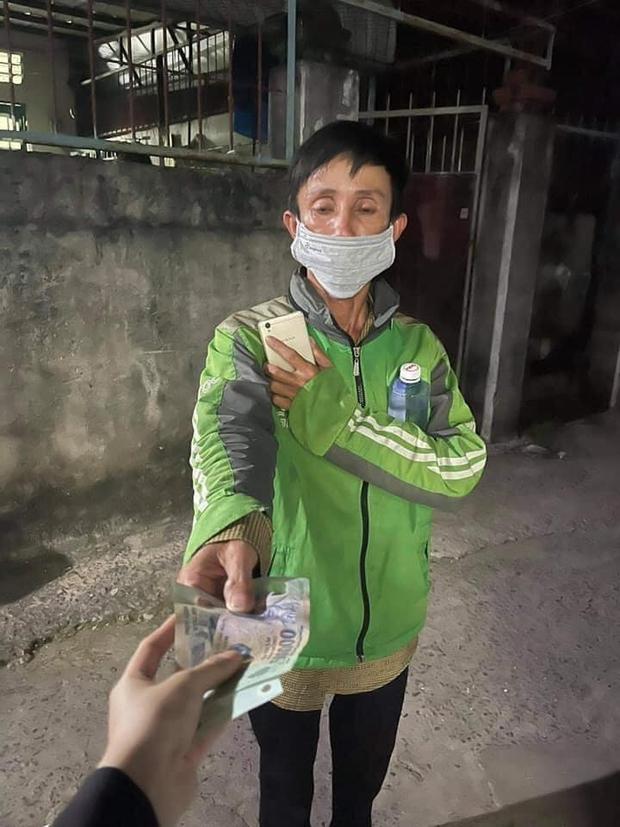 Shipper nghèo bị lừa mất xe máy bất ngờ nhận được chiếc xe SH từ đôi vợ chồng tốt bụng giữa Sài Gòn - Ảnh 2.