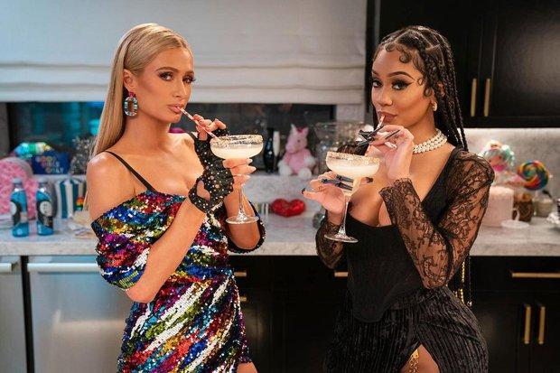 Paris Hilton diện đồ sequin nhưng lại cứ giông giống váy áo của Chi Pu và Hoàng Thuỳ, chuyện gì đây? - Ảnh 1.