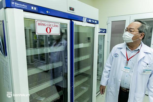 Bên trong kho máu đang cạn kiệt của Trung tâm Truyền máu BV Chợ Rẫy: Chúng ta có thể chờ dịch bệnh qua đi nhưng người bệnh không thể chờ máu! - Ảnh 4.