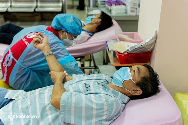 Người Sài Gòn rủ nhau đi hiến máu trước tình trạng kho máu ở BV Chợ Rẫy cạn kiệt - Ảnh 11.