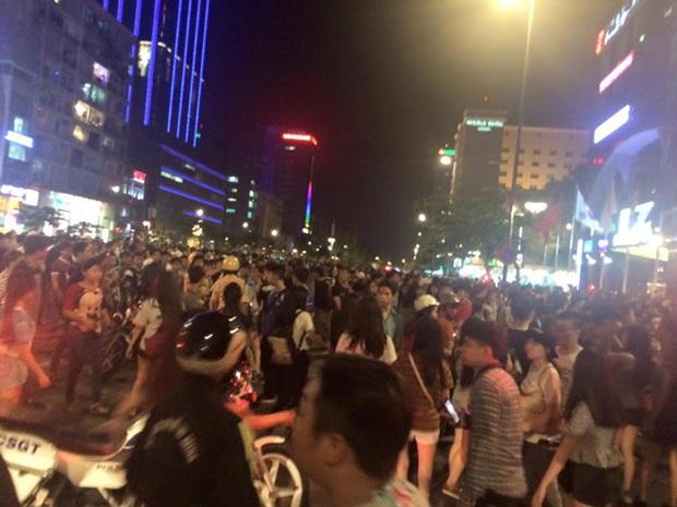 """Đúng ngày này 6 năm trước có trận """"đại náo"""" ở phố đi bộ Nguyễn Huệ, huyền thoại ảnh chế của Linda từ đây mà ra! - Ảnh 7."""