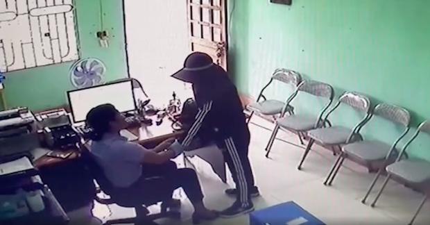 Hà Tĩnh: Nữ đối tượng dùng dao khống chế nhân viên quỹ tín dụng để cướp tiền - Ảnh 1.