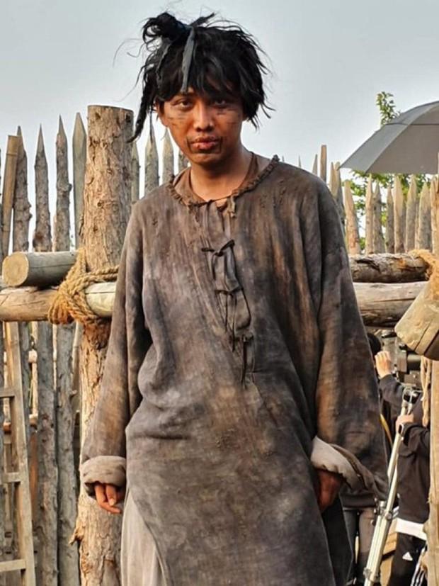 Từng có người Việt đóng ở bom tấn của Song Joong Ki, còn chơi lớn nói luôn cả giọng Huế - Ảnh 2.