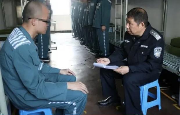 Rầm rộ ảnh Ngô Diệc Phàm đầu cạo trọc, mặc áo xanh tù nhân ngoan ngoãn ngồi trước mặt cảnh sát? - Ảnh 3.
