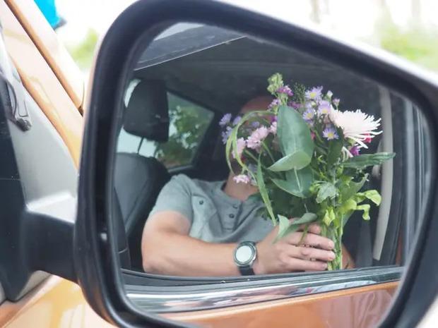 Trúng tiếng sét ái tình khi dừng đèn đỏ, thanh niên ngày nào cũng ôm hoa ra ngã tư ngẩn ngơ chờ gặp lại nàng thơ - Ảnh 2.