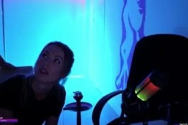 Đang livestream thì phát hiện kẻ gian đột nhập, gái xinh dọa cho chạy tóe khói nhưng thân phận tên trộm mới bất ngờ - Ảnh 2.