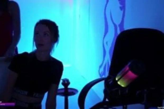 Đang livestream thì phát hiện kẻ gian đột nhập, gái xinh dọa cho chạy tóe khói nhưng thân phận tên trộm mới bất ngờ - Ảnh 3.