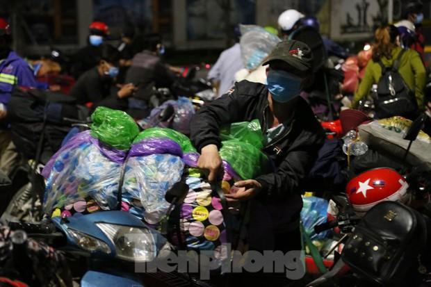 Hàng trăm người đi xe máy vượt ngàn km về tới chốt cầu Bến Thủy trong đêm - Ảnh 2.