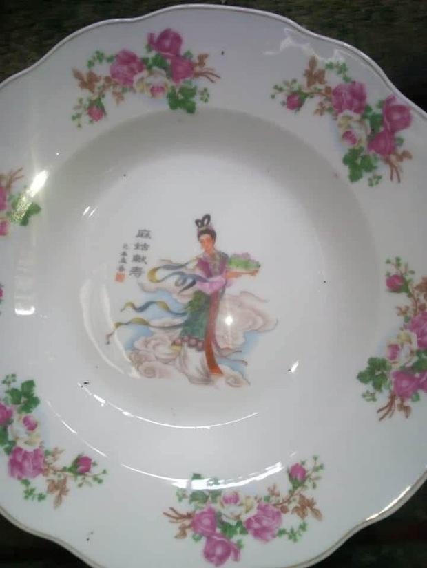 Tiên nữ bê đĩa đào là ai? Truyền thuyết gắn liền với chiếc đĩa sứ cô tiên nhà nào cũng có - Ảnh 1.