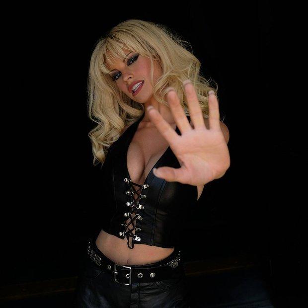 Lọ Lem Lily James xinh đẹp giờ tiêm filler, bơm ngực giả hóa thành cựu siêu mẫu Playboy gây ngỡ ngàng, bị chỉ trích thậm tệ - Ảnh 2.