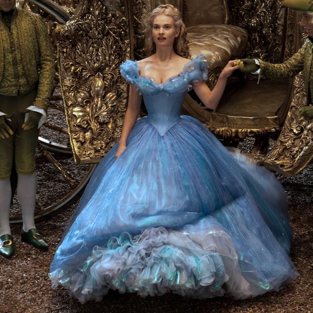 Tạo hình 6 nàng công chúa Disney phiên bản live action: Elle Fanning, Lily Collins đỉnh khỏi bàn, riêng Lưu Diệc Phi bị la ó - Ảnh 1.
