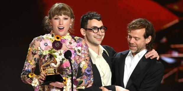 Ai Là Triệu Phú hỏi ai giành giải Album của năm tại Grammy 2021, nam thần đấu kiếm chọn Taylor Swift hay Ariana Grande? - Ảnh 5.