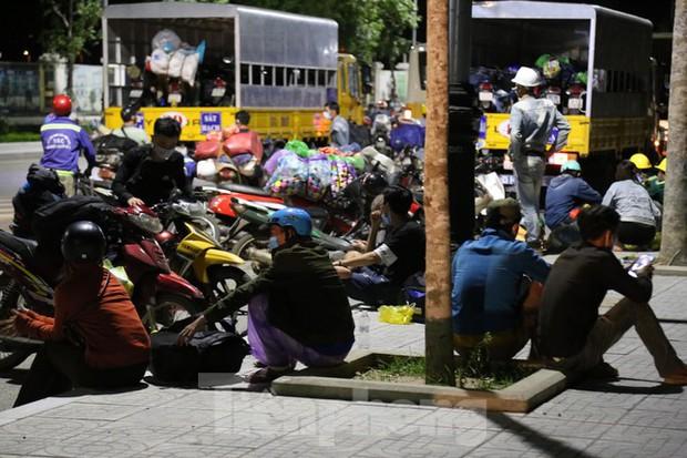 Hàng trăm người đi xe máy vượt ngàn km về tới chốt cầu Bến Thủy trong đêm - Ảnh 11.
