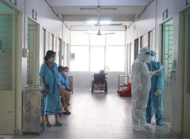 Bên trong bệnh viện điều trị nhiều sản phụ mắc Covid-19 nhất TP.HCM - Ảnh 2.
