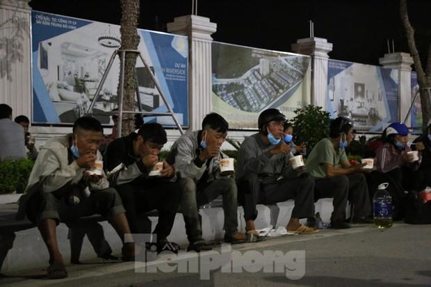 Hàng trăm người đi xe máy vượt ngàn km về tới chốt cầu Bến Thủy trong đêm - Ảnh 7.