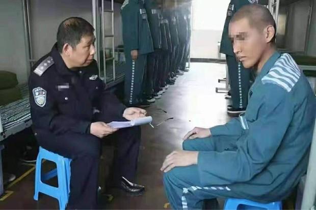 Rầm rộ ảnh Ngô Diệc Phàm đầu cạo trọc, mặc áo xanh tù nhân ngoan ngoãn ngồi trước mặt cảnh sát? - Ảnh 2.