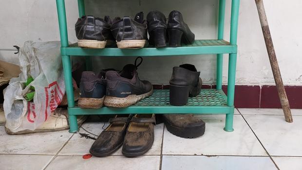 Trắng tay vì tai nạn đúng mùa Covid-19, bố trẻ xin đổi giày để lấy sữa cho con gái 1 tuổi và cái kết cực kì ấm lòng - Ảnh 1.