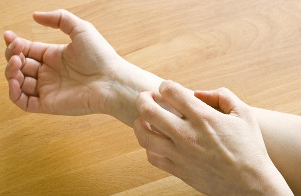 4 dấu hiệu trên bàn tay cảnh báo đường huyết cao nhưng thường bị người trẻ bỏ qua, không muốn bị tiểu đường thì nên kiểm tra ngay - Ảnh 1.