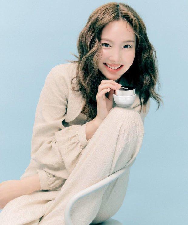 Giờ netizen mới nhận ra TWICE còn 1 mỹ nhân khác đẹp chẳng kém Tzuyu, thậm chí còn được so với nữ thần Kpop thế hệ đầu - Ảnh 2.