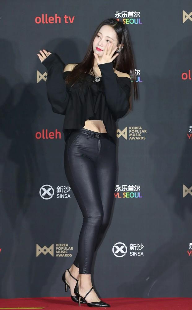Soi mạnh style Yeonwoo: Lúc hẹn hò Lee Min Ho rõ giản dị mà lên sân khấu thì loa chảo ê hề! - Ảnh 12.