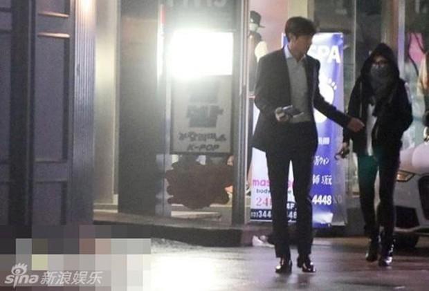 Ngắm lại giao diện Lee Min Ho những lần bị tóm sống đi hẹn hò: Che mặt kín bưng vẫn đẹp lồng lộng, áo trắng - quần đen cũng đủ gây rụng trứng - Ảnh 7.