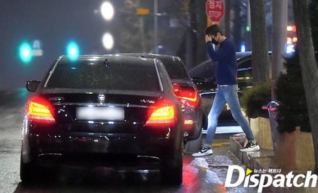 Ngắm lại giao diện Lee Min Ho những lần bị tóm sống đi hẹn hò: Che mặt kín bưng vẫn đẹp lồng lộng, áo trắng - quần đen cũng đủ gây rụng trứng - Ảnh 5.